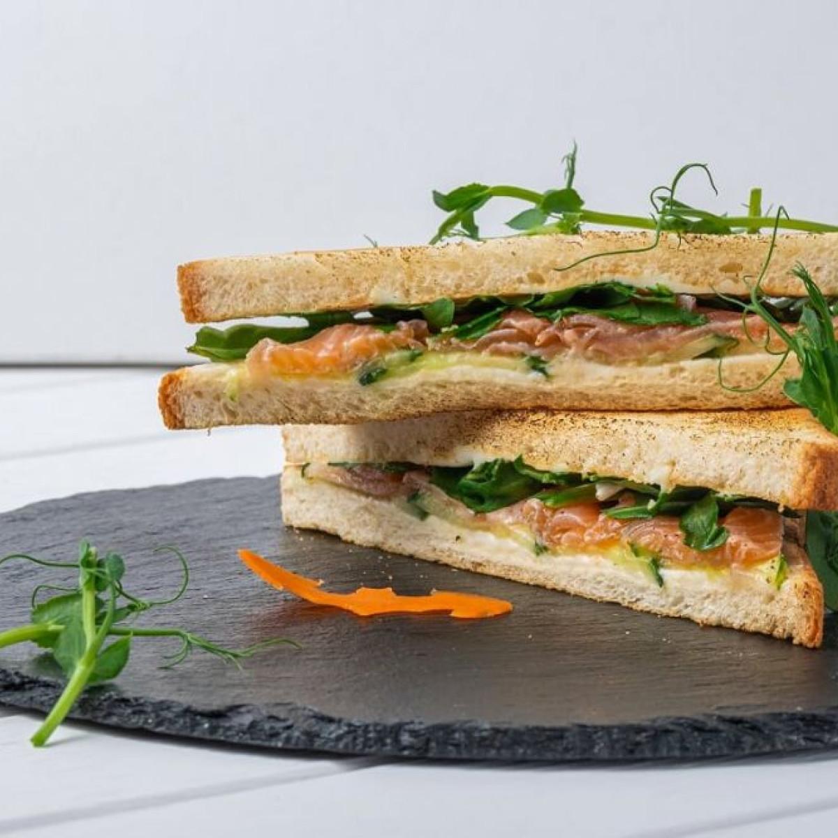 Сэндвич со слабосоленым лососем